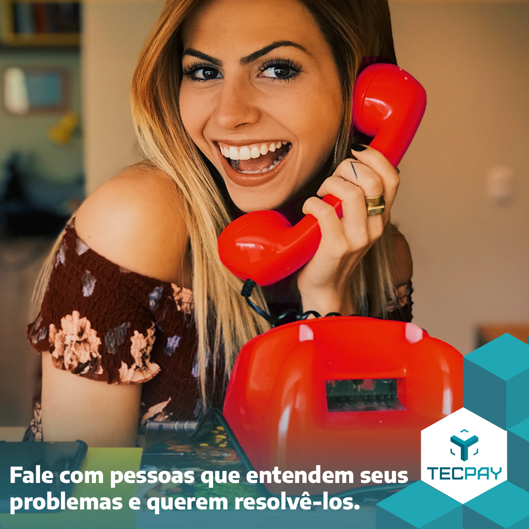 Menina segurando telefone vermelho